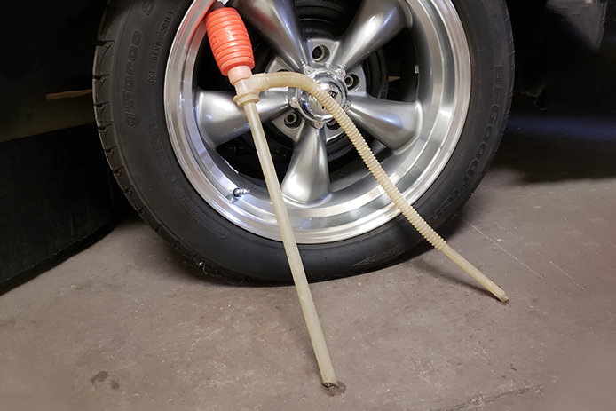 Siphon pump by car wheel